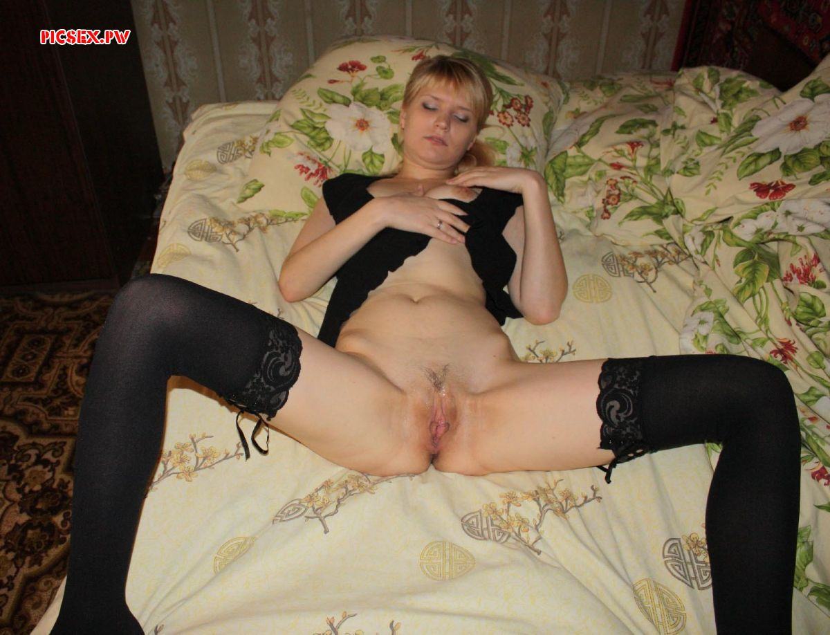 Russian milf in stockings spread her legs