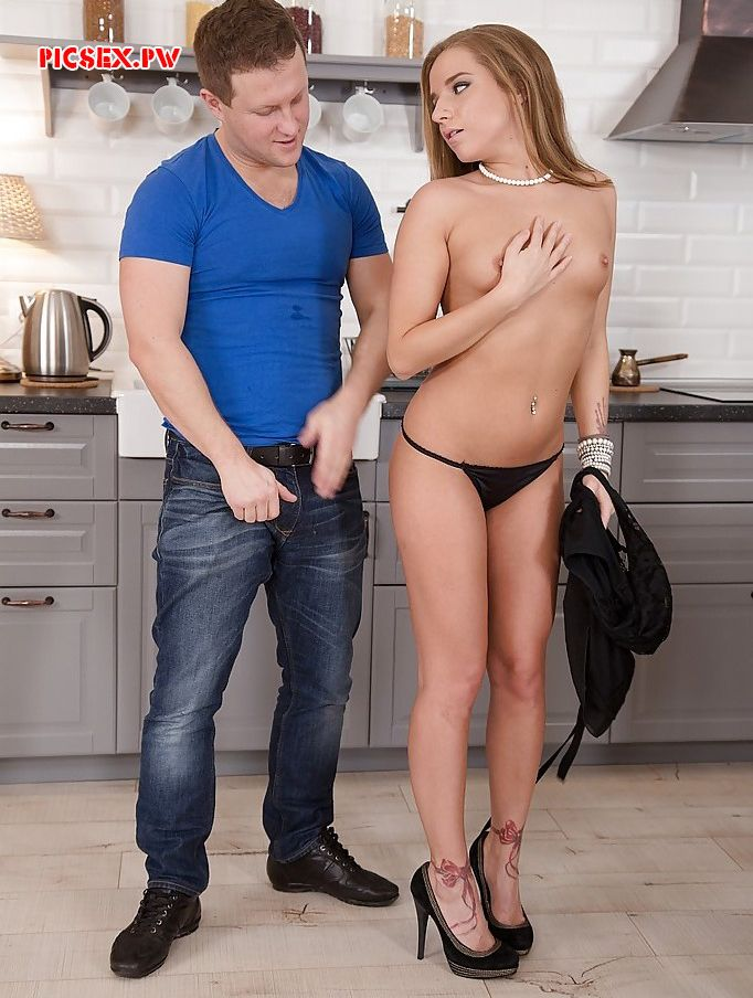 asked girlfriend razdetsya in the kitchen